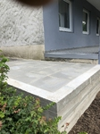 Fertige Terrasse mit Betonplatten