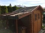 Gartenhaus mit beschädigtem Dach
